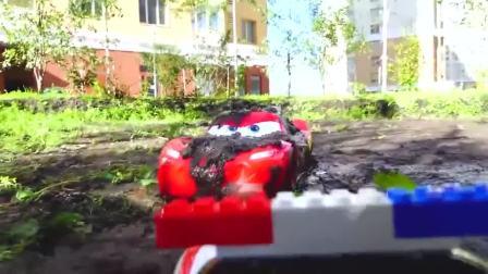 玩具小汽车陷进坭坑里了,萌娃驾驶着救援车辆前来帮忙,小家伙可真会玩!