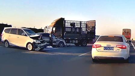 交通事故合集:新手新车盲目上路,占道过弯结果悲剧了
