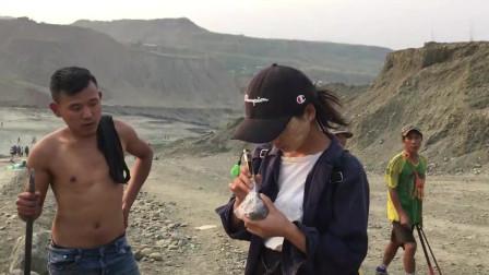 缅甸华侨娜娜在莫西沙矿场跟老缅收料货主要价50万娜娜没看上
