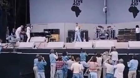 当皇后乐队上场时,经纪人机智的把音量调到最高,这才是摇滚!