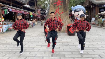 风骚小伙带2个美女跳鬼步舞,青春无限,还是帅哥跳得好看!
