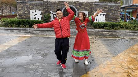2人齐跳广场鬼步舞《幺妹》,男的帅女的靓,魔性舞步风靡全网!