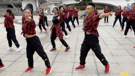 经典鬼步舞《野花香》,小帅哥舞步充满动感活力,个性十足!
