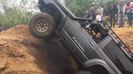 男子故意把车开入深坑,看看它是怎样爬坡的,以为没戏,结局霸气