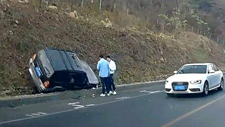 交通事故合集:小车弯道超速行驶,奇葩车技让人啼笑皆非