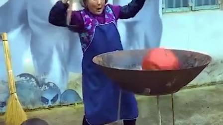 奶奶正在炒菜,没想到老顽童爷爷老捣乱,没有一顿打解决不了