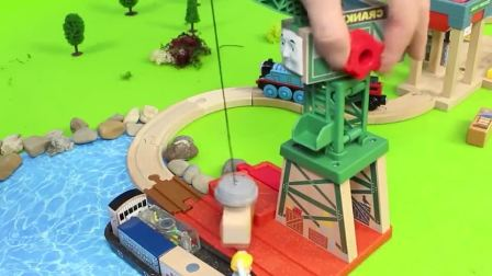 玩具托马斯小火车来码头运送货物