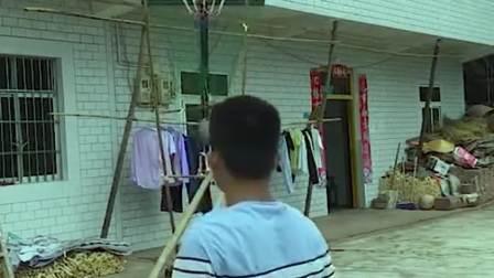 小伙自制装置,从此再也不用捡球啦,直接原地不动球就来了