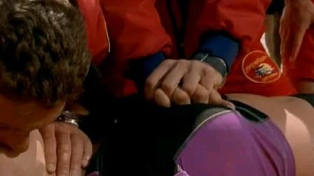 女子潜水溺水昏迷,救生员把她抱上岸火速急救!