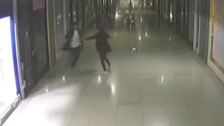 不给看手机,情侣地下商场大打出手,女子被打倒在地