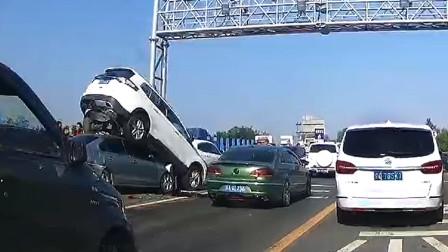 交通事故合集:高速路上疲劳驾驶,偏离车道变身锄草机
