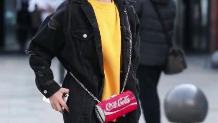哈哈,拍的不会走路了,背个可乐包包真可爱