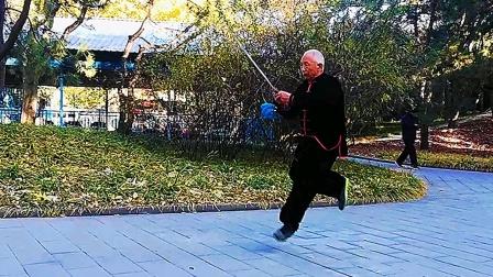 84岁老爷子,凌空飘越的双脚前跳,气势威严!