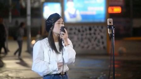 流浪歌手街头演唱经典歌曲《左边》,熟悉的旋律听着满满的回忆