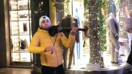 米兰街头小提琴演奏一曲,琴声悠扬,令人陶醉