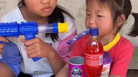 童年趣事:姐姐打劫吓得妹妹把零食都给了
