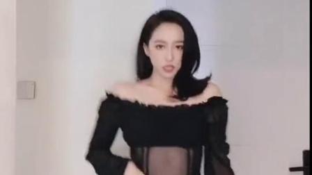 网红美女家中蹦迪,嗨曲不断,舞姿不停!