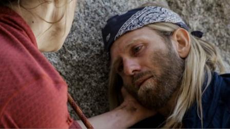 男子好面带菜鸟妹子去登山,在悬崖峭壁上不慎摔断手,这就很绝望