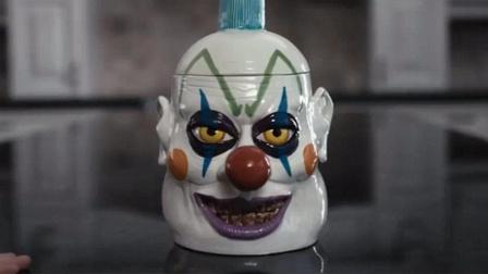 妈妈为防女儿偷吃饼干,买了个小丑罐子,但打开罐子后就后悔了!