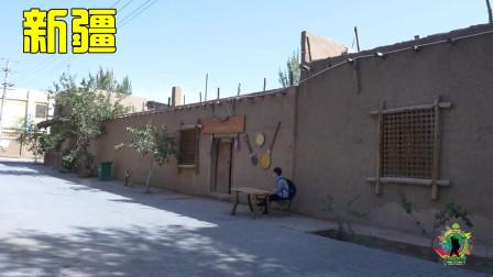 新疆沙漠旁的县城,城郊的村子非常整洁,新疆发展水平令人称赞!