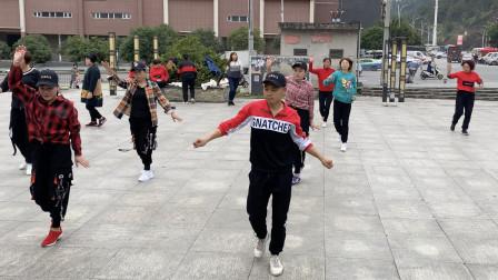 经典广场鬼步舞《陪你到底》,网红小伙动感步伐,好听又好看!