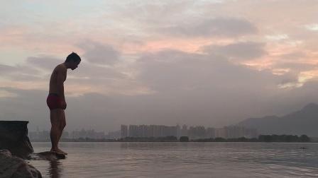 傍晚的江边游泳