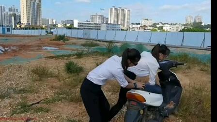 两中国美女泥路陷车轰油门定制