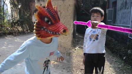小伙一把宝剑能刺杀怪兽,结果同伙看傻眼了笑抽了。