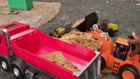 手动装载车给红色和白色自卸车装沙子,儿童工程车玩具