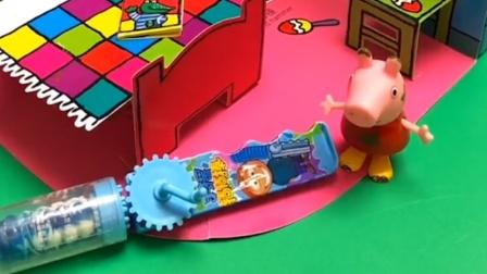 佩奇放学回家了,结果小猪们都没回家,佩奇自己给他们做了饭!