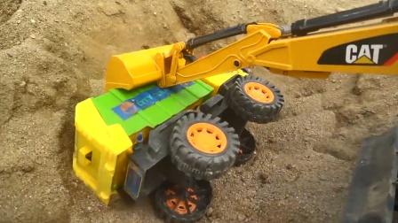 垃圾车和土方车会车时不小心翻车,工程救援队来救援
