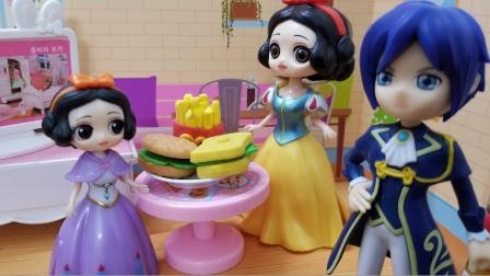 白雪公主故事 妈妈奖励了白雪好多好吃的汉堡薯条,白雪好开心