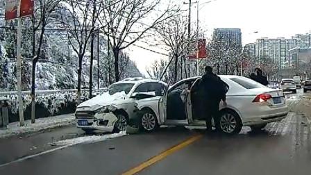 交通事故合集:道路积雪不带防滑链,想要刹车太难了