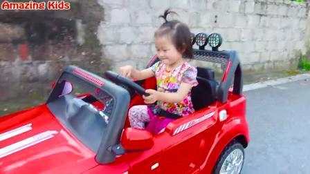 国外萌娃时尚,小姑娘在玩玩具车,真是太好玩了