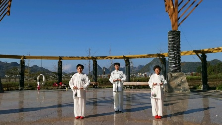 2020年Ⅱ月,2丨日,万瑾媛,何贯刘家铃,在农耕园,练习大舞。
