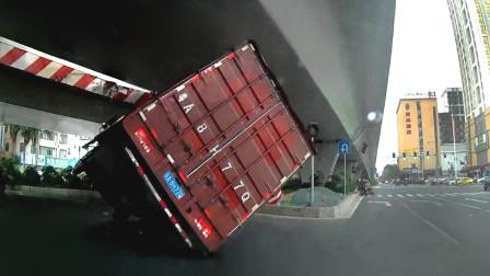 交通事故合集:大货车转弯不观察路况,遇上限高杆为时已晚