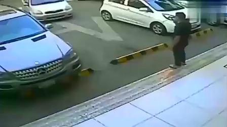 """男子指挥女友停车,当场被""""暗杀""""!监控拍下揪心10秒"""