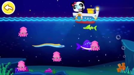 宝宝巴士:妙妙用网捕上了一箱炸弹、飞鱼、水母和乌贼