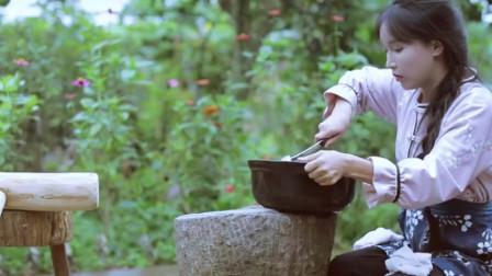 美食猎奇:紫米在水中浸泡一夜后,李子柒把它们捞出来手工打成泥