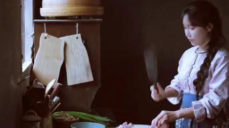 美食猎奇:李子柒在屋里制作烤南瓜和板栗,客人在屋外打扫院子