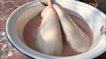 """农村大妈做""""独创""""小吃,往猪肺中灌水又吹气,下锅煮熟吃着真香"""