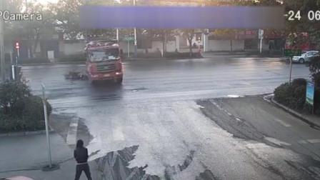 【安徽】电动车闯红灯 货车车轮下死里逃生