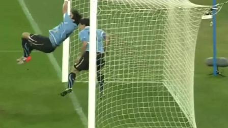 同样用手,马拉多纳是上帝之手,苏亚雷斯则是红牌加点球!