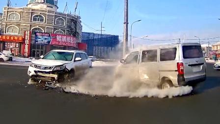 """交通事故合集:下雪天道路湿滑,路口不减速秒变""""碰碰车"""""""