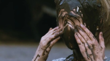 小镇的泥土有魔法,小孩把它抹到脸上,会让五官永远消失!