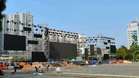 2020横县茉莉花节晚会舞台开始搭建,工人正在紧张施工中