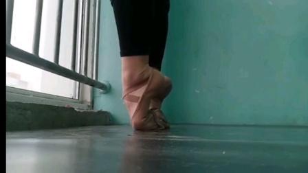 爱柔术软功的百合小姐姐忍痛走脚背