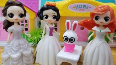 美人鱼从妈妈那里赢来的兔子玩偶好可爱,白雪她们都喜欢
