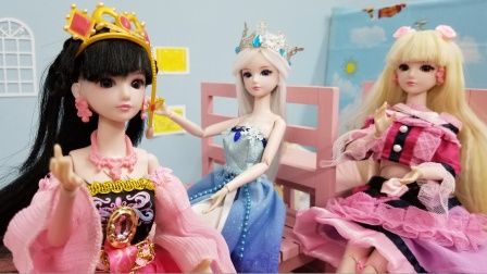 马上期中考试了,学霸罗丽很开心,冰公主和莫莎却在发愁