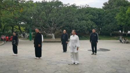 杨乃景与老懂,贤诺,陈香,小方等于202O年11月27日龙港港市新时代晨练场演练42式太极拳。